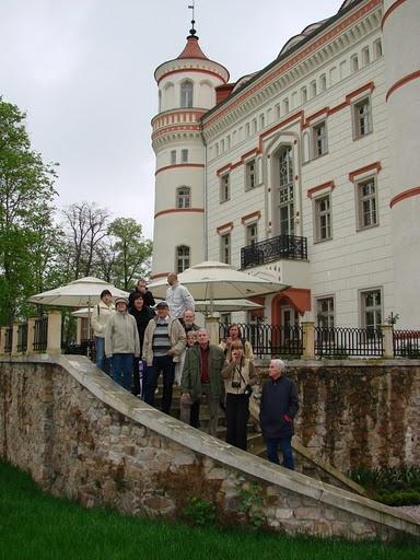 Przed pałacem w Wojnowie